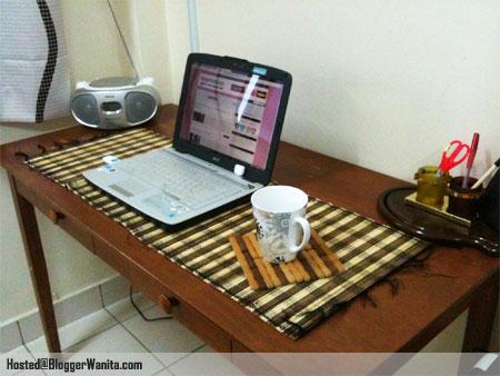alas-kayu-meja-gelas-laptop