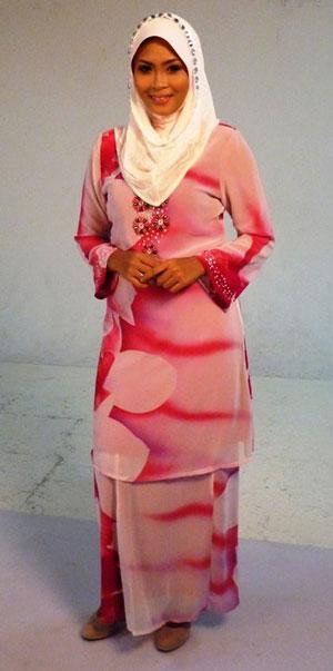 Gambar Siti Nordiana berbaju kurung dan Bertudung
