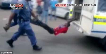 Pemandu Teksi Afrika Digari dan Diheret dengan Van Polis