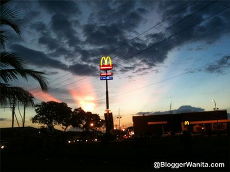 Gambar Cahaya Di Sebalik McDonalds