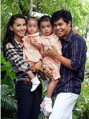 Gambar Lisdawati dan Fauzi Nawawi bersama anak-anak