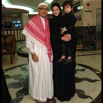 Gambar Eja Pakai Hijab Bersama Suami dan Anak
