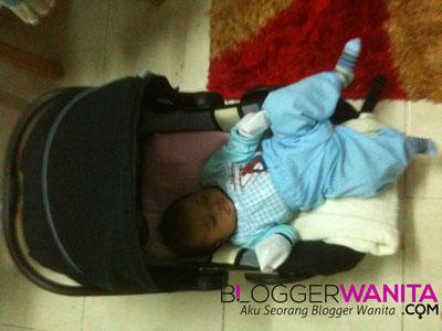 Gambar aksi bayi tidur pelik