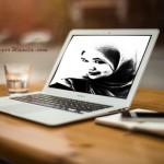 gambar laptop, gelas, pen, kertas